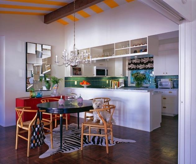 V kuchyni nájdeme očarujúcu kombináciu originálneho lustra umiestneného priamo nad jedálenským stolom, s atypickým zrkadlom na stene a snehovo-bielou kuchynskou linkou.