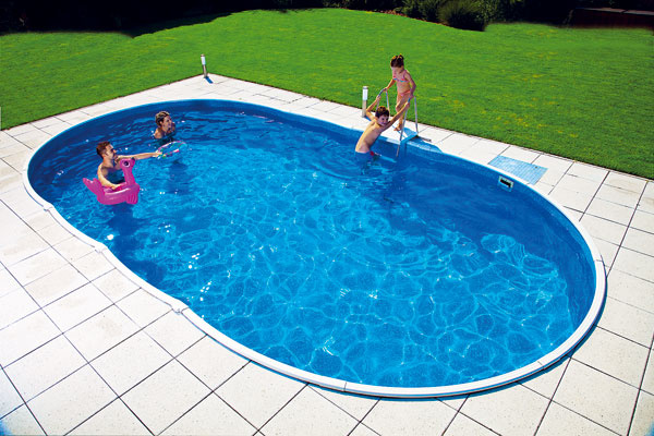 Ak chcete, aby plocha okolo bazéna ladila sfasádou alebo oplotením, vhodnou voľbou sú betónové dlažby, ktoré sa vyrábajú vrôznych farebných odtieňoch. Mnohé znich sú na nerozoznanie od prírodného kameňa.