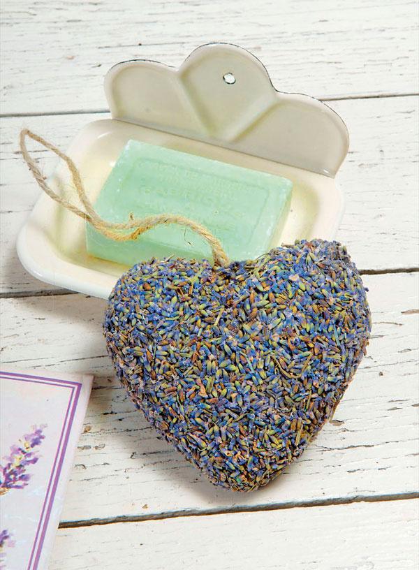 Levanduľa má magickú moc. Krásna farba, jemná vôňa avšestranné kúpeľňové využitie – ako mydlo či dekorácia.