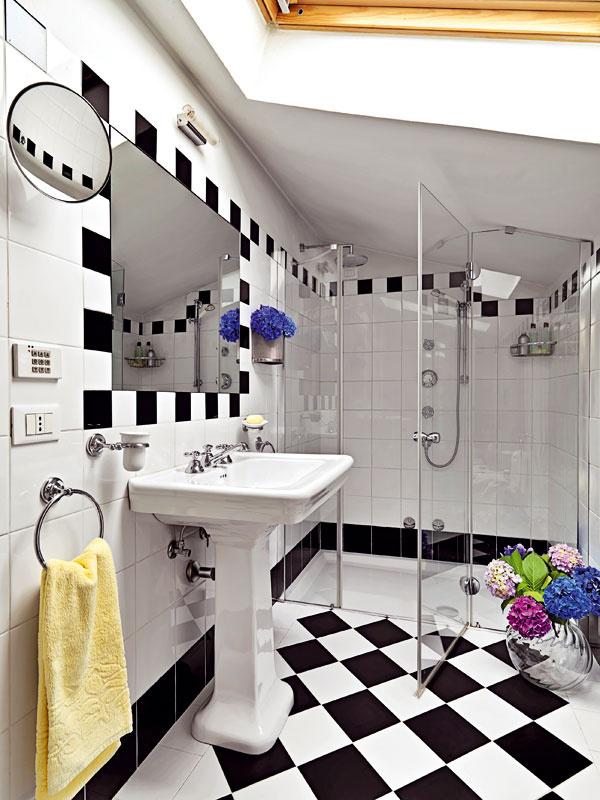 Aby bielo-čierna kúpeľňa nepôsobila tak dramaticky, vneste do nej trošku farieb aprírody. Kvetmi ešte nikto nikdy nič nepokazil, nech ide oktorúkoľvek miestnosť, dokonca aj kúpeľňu.
