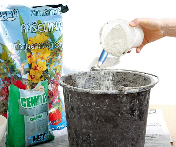 Do vedra nasypte jeden diel cementu, jeden diel drobného štrku ajeden apol dielu rašeliny. Zmes nasucho premiešajte, zalejte asi jedným dielom vody adobre spracujte. Zmes by mala byt hustá.