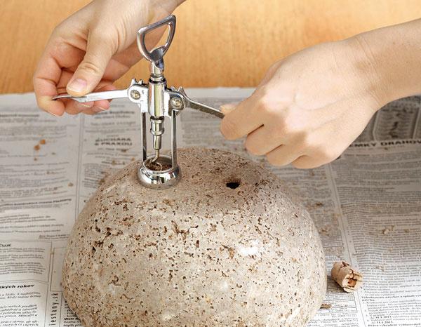 Korkové zátky vyberte otváračom na vínové fľaše.