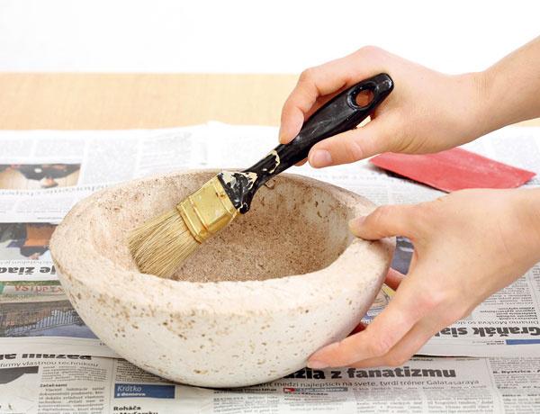 Suchým štetcom kvetináč zbavte prachu.