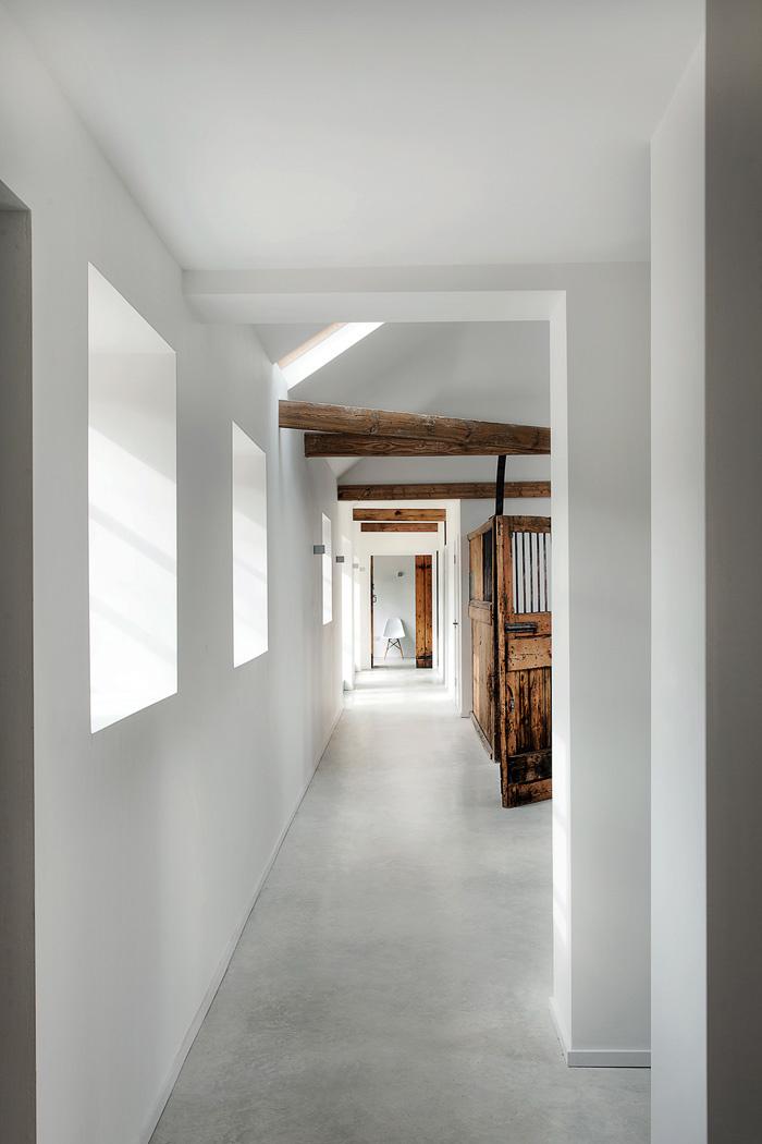 Premena starých stajní na moderný rodinný dom
