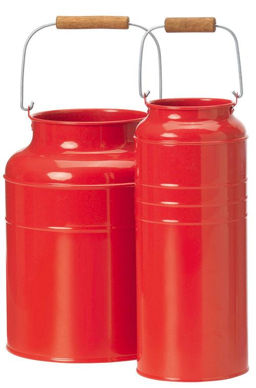 Socker, vázy vtvare kanvice, červená oceľ, masívna akácia, olej, výška 25 a27 cm, 11,99 €/2 ks, IKEA