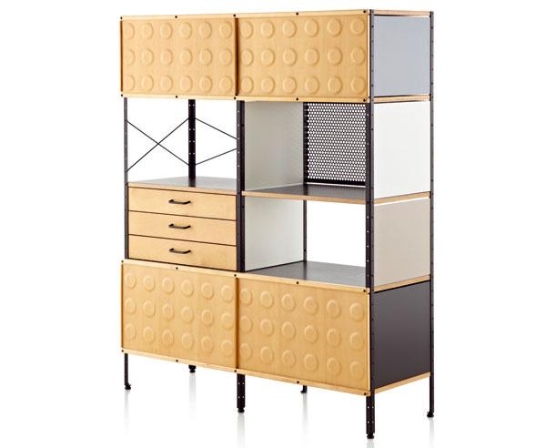 """1949  Eames Storage Unit – úložná jednotka od manželov Eamesovcov nie je ani tak nasledovníkom Perriandovej systému Nuage, ako skôr alternatívnym výsledkom podobného snaženia. Na konci štyridsiatych rokov minulého storočia boli Ray aCharles Eamsovci – asnimi vlastne celý západný dizajn, zaujatí revíziou prísnych funkcionalistických východísk. Spoľahlivé, no vo výraze mdlé až strohé modernistické návrhy dostávajú pod ich citlivým dohľadom vľúdnejšiu podobu. Hoci skladačka Eames Storage Unit nijako nezakrýva svoju """"strojovú estetiku"""" (sobnaženými oceľovými stojkami, skrutkami alebo ťahadlami zavetrenia), predsa len nepôsobí odmerane. Práve naopak – hravou kombináciou farieb atextúr si vyslúžila prezývku """"working art"""". Ako skutočne """"fungujúce umenie"""" ponúka prostému účelu ukladania naozaj štedrú iprívetivú variabilitu. Vyrába HERMAN MILLER"""