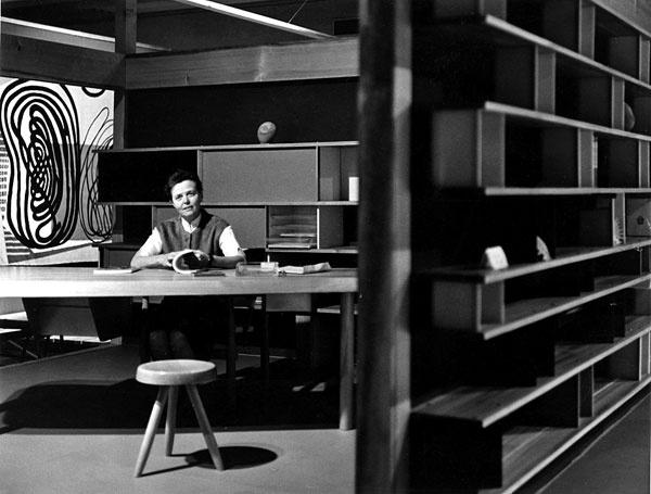 CHARLOTTE PERRIANDOVÁ (1903 – 1999) Meno Charlotte Perriandovej sa vdejinách dizajnu spája predovšetkým sprvou polovicou dvadsiateho storočia asjej pôsobením vtieni funkcionalistických velikánov, architektov Le Corbusiera, Jeannereta či konštruktéra Jeana Prouvé. Význam jej tvorivého odkazu sa však nekončí len pri notoricky známych nábytkárskych dielach zraného obdobia. Vštyridsiatych rokoch sa Charlotte venuje výskumu nábytkárskeho dedičstva na Ďalekom východe – odhaľuje pôvab prírodných materiálov, rafinovanú estetiku japonskej modularity alebo uvoľnenosť nedokonalej asymetrie. Po druhej svetovej vojne zužitkovala skúsenosti zázijských ciest vnávrhoch nábytku, ktorých hodnoty opätovne objavujeme až dnes – napríklad vreedíciách jej policového programu Nuage, ktoré práve uvádza na trh talianska spoločnosť Cassina.