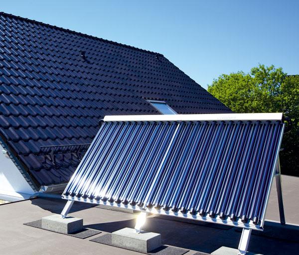 Solárnu zostavu 2 sdvomi vákuovými trubicovými kolektormi od Vaillantu  môžete využiť aj na solárny ohrev vody vbazéne, treba knej však dokúpiť doplnkové príslušenstvo. Kolektor možno namontovať na plochú aj šikmú strechu, ato buď na strešnú krytinu, prípadne priamo do strechy, alebo do voľného priestoru. Neoddeliteľnou súčasťou tohto systému je aj bivalentny solárny zásobník sobjemom 300 l, sdvoma vykurovacími špirálami. Trubice kolektora majú pre maximálnu účinnosť pod sebou pridané CPC zrkadlo, ktoré je umiestnené tak, že aj pri šikmom dopade svetelnych lúčov je účinnosť rovnaká ako pri priamom svetle. Cena Solárnej zostavy 2 aj so zásobníkom od 5 000 do 5 500 €