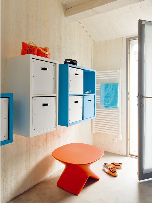 """Čisté oblečenie má každý uložené vo svojej """"kocke"""" vsusednej miestnosti."""