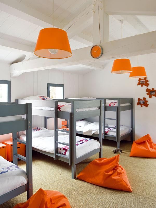 Detská spálňa je vyriešená svtipom apochopením – každému zdetí zadovážili rodičia poschodovú posteľ, takže si všetci naraz môžu pozvať kamarátov.