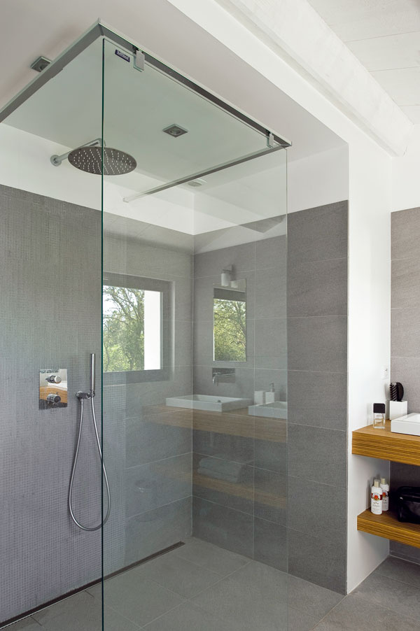 Kúpeľňa pri rodičovskej spálni je ukážkou elegancie amoderného dizajnu.