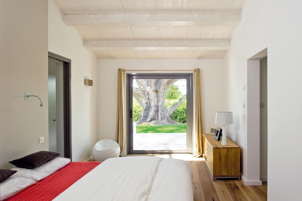 Spálňa rodičov vstriedmej prírodnej farebnosti pôsobí pokojne aelegantne.