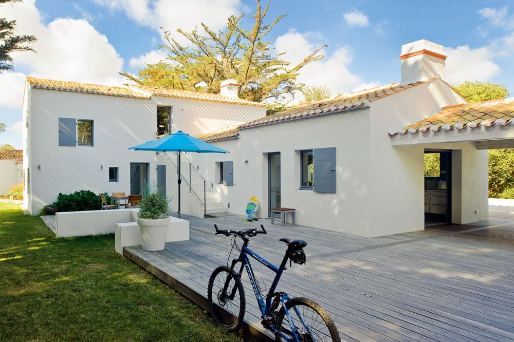 Biela fasáda, modré okenice aškridlová strecha sú pre tento región typické – ikeď si Edith aFrancois predstavovali moderné bývanie, zároveň chceli, aby bol ich dom vsúlade sokolím atunajšou tradičnou výstavbou.
