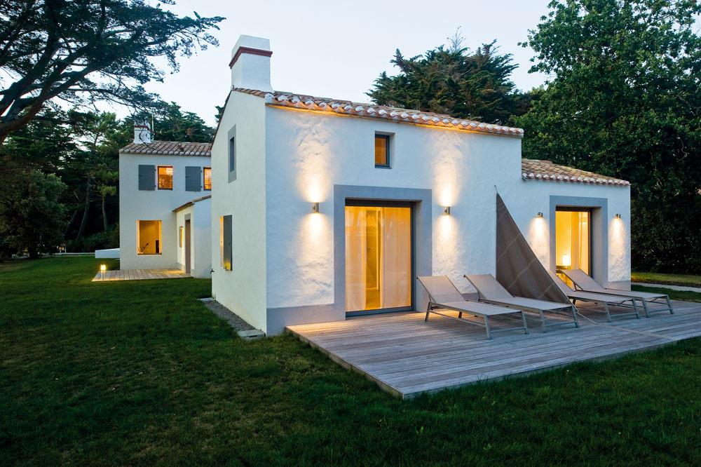 Dom obklopujú zo všetkých strán priestranné terasy – tak, aby ste si vždy vedeli nájsť miestečko na relax podľa nálady, vtieni aj na slnku. Vonkajšie ležadlá pri spálňach dobre poslúžia aj vnoci.