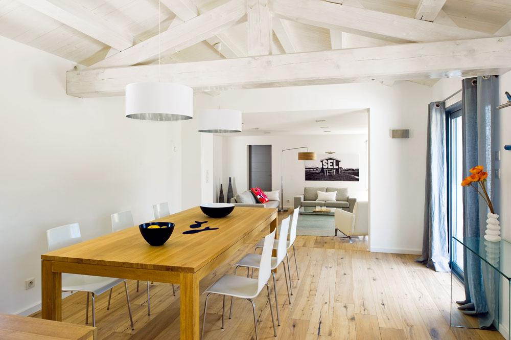 Zkuchyne sa cez ďalšie zasúvacie dvere vchádza do jedálne sdreveným trámovým stropom natretým nabielo.