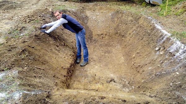 Na vegetačnú (koreňovú) čističku vybrali vhodné miesto na pozemku – tak, aby voda pretekala jednotlivými stupňami, ak je to možné, prirodzene. Štrkové filtračné pole má plochu 5 × 3 m ahĺbku 1 m. Pred ním je rozdeľovacia šachta sčerpadlom, za ním odtoková šachta, vktorej možno regulovať výšku hladiny vody, kontrolovať odtok, prípadne znej odoberať vzorky vyčistenej vody.