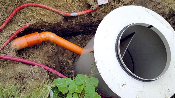 Pri dome je usadzovacia šachta rozdelená na dve komory. Odpadové vody pritekajú do prvej komory, vktorej sa usadia hrubé nečistoty, avoda sa cez otvory vdeliacej stene dostane do druhej komory. Odtiaľ odteká do rozdeľovacej šachty pred vegetačnou čističkou. Predčistenie vusadzovacej šachte je dôležité (ikeď hrubých nečistôt tu bude vďaka separačnej toalete len minimum) – inak by hrozilo upchatie filtračného štrku vkoreňovej čističke.