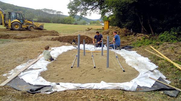 Koreňovú čističku oddeľuje od podkladu vrstva zgeotextílií afólií. Na vyspádovanom dne je uložené drenážne potrubie obsypané hrubým kamenivom. Táto drenážna vrstva má 20 cm. Hlavnú filtračnú vrstvu potom tvorí jemnejšie kamenivo bez prímesí hliny alebo organických látok (hrúbka 60cm). Na jej povrchu je rozdeľovacie potrubie sotvormi, cez ktoré sa odpadová voda rovnomerne rozdeľuje po ploche čistiarne, presakuje cez filtračné pole až kdrenážnemu potrubiu, ktorým sa dostáva do odtokovej šachty.