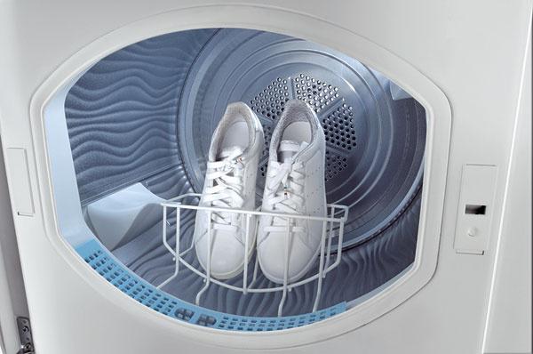 """Držiak na obuv.  Praktický vertikálny držiak do sušičky, na cyklus """"Special shoes"""". Vertikálna poloha umožňuje prúdenie vzduchu až do špičiek topánok, takže vťažko dostupných miestach nezostane žiadna zvyšková vlhkosť"""