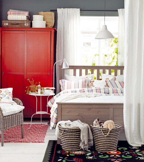 Ľudový charakter zariadenia vnáša do interiéru určitú dávku romantiky bez prehnaných kučierok. Švédski dizajnéri aarchitekti radi využívajú krásu vlastnej tradície ačasto a hrdo ju aplikujú vmoderných interiéroch.
