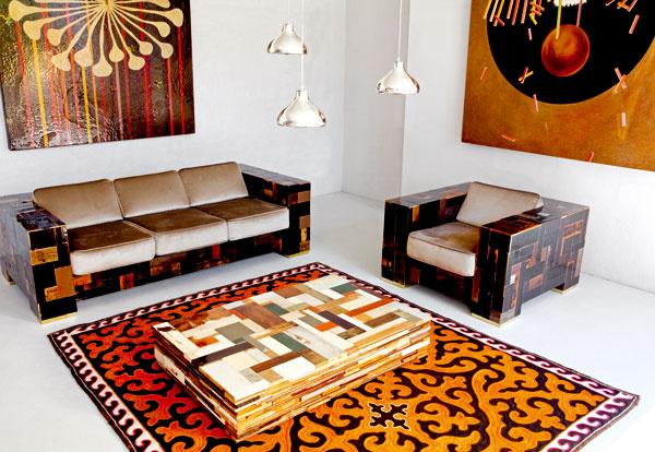 Švajčiarska značka Karpet predstavila na medzinárodnej výstave nábytku vMiláne plstené ručne vyrábané koberce Shyrdaks, ktoré rozprávajú príbehy omieste aspôsobe ich vzniku. Vyrábajú ich nomádske ženy vKirgizsku, výroba má už stisícročnú tradíciu. Fascinujúca kombinácia smoderným priestorom mení chápanie týchto kobercov zfunkčných prvkov bytu na umelecké diela.