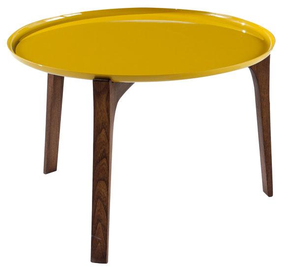 Stolík BOW END TABLE je zmasívneho duba a lakovanej hliníkovej platne vtvare tácky. Dizajn: PIKS DESIGN pre Roche Bobois