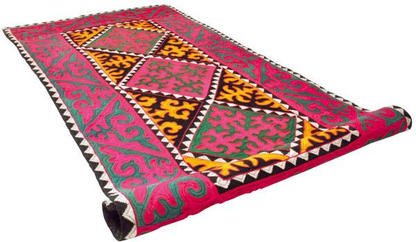 Zvieracie rohy, pazúry orla či zasnežené vrcholky hôr. V každom nomádskymi ženami v Kirgizsku ručne vyrobenom plstenom koberci Shyrdak je iný príbeh. (KARPETT)