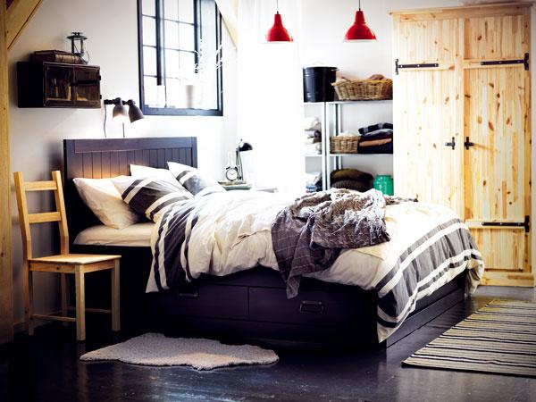 Ide ohrejivú atmosféru domova, ktorú prvky stradičným charakterom vyvolávajú. Nie je však nutné priestor za každú cenu znásilňovať starým dedinským nábytkom. Dá sa nájsť aj nový nábytok, ktorý dýcha tradíciou, ale pritom je moderný.