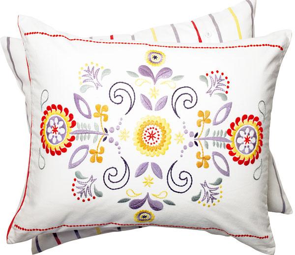 Výšivka dodáva bavlnenému vankúšu Äkerkulla textúru alesk. Pokojne ním oživte minimalistický interiér. 12,99 €, IKEA