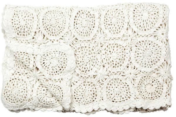 Smotanová prikrývka je vyrábaná ručne. Môžete ňou vytvoriť kontrast kčistým líniám nábytku. 90,59 €, Bella Rose