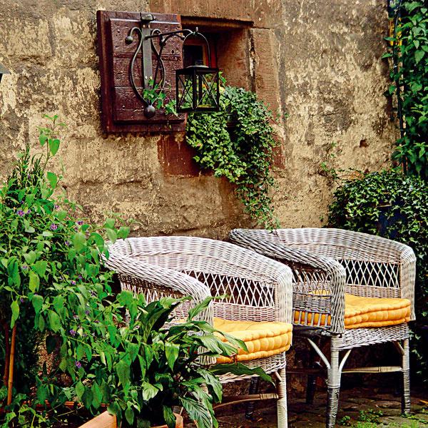 Miesto na ničnerobenie. Ak to priestor dovoľuje, aj na balkóne či terase by malo byť miesto na relax. Môže tu byť umiestený exteriérový nábytok či ležadlo, prípadne hojdacie kreslo. Malo by ísť omiesto chránené pred nežiaducimi pohľadmi, ateda dôležitou súčasťou by mali byť aj rastliny. Zaujímavou voľbou sú aromatické pestovateľsky náročné avizuálne príťažlivé rastliny – trvalky okrasné listami, prípadne sbielymi amodrými kvetmi, ktoré pôsobia upokojujúco. Vyplatí sa tiež vybrať rastliny vodtieňoch zelenej, ktorá pozitívne vplýva na odbúravanie stresu.