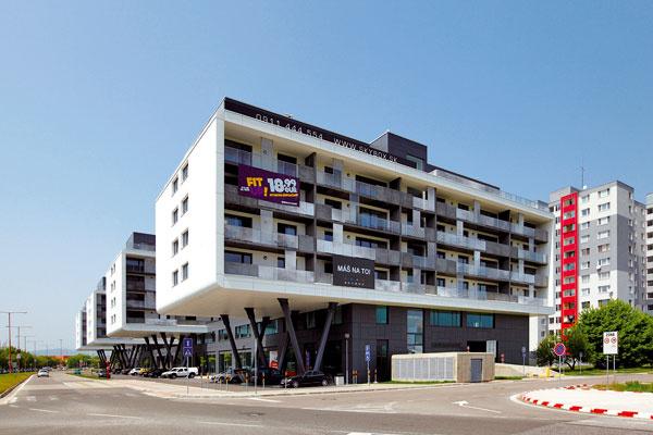 Luxusný byt, vktorom bude rok bývať Miss 2013 Karolína Chomisteková, je vmodernej novostavbe snázvom SKYBOX. Tento polyfunkčný objekt soriginálnou architektúrou stojí vlukratívnej časti Petržalky.