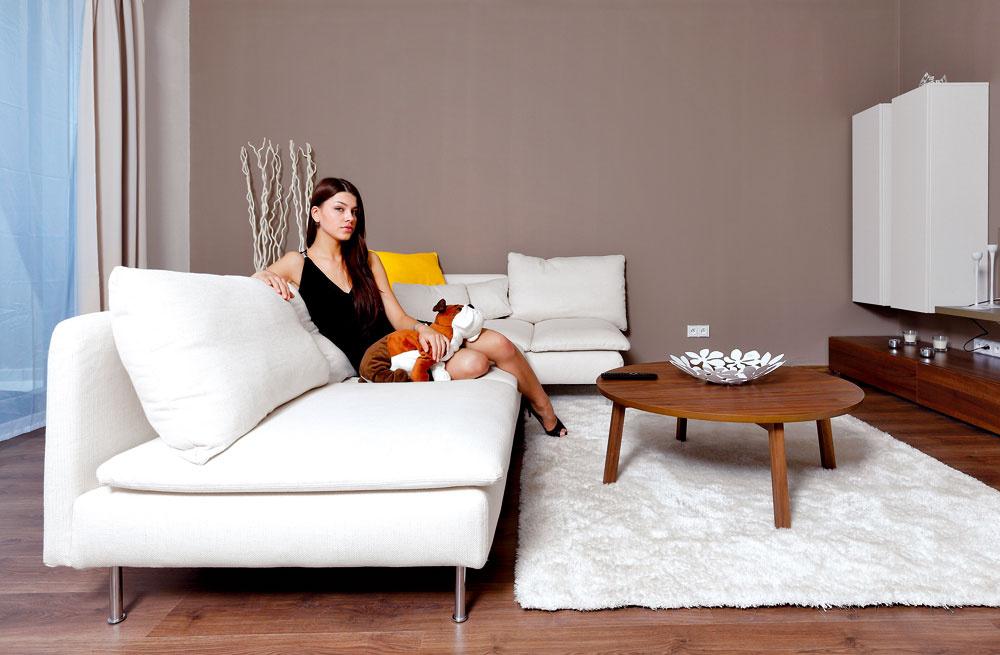 """Obývačka je ladená presne podľa Karolíninho vkusu: """"Preferujem prírodné materiály, ktoré majú podľa mňa veľmi dobrú energiu."""" (Biela textilná sedačka Soderhamn, 1029 €, konferenčný stolík Stockholm, 199 €, IKEA)"""