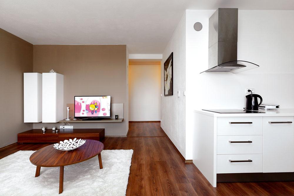 Vduchu dnešných trendov je obývačka otvorená aspojená skuchyňou, čo dodáva priestoru dojem vzdušnosti avoľnosti. (Laminátová podlaha Castello Classic, dekor dub Montreal, od značky Krono Original.)