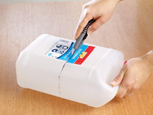Zplastovej nádoby odrežte požadovanú časť.