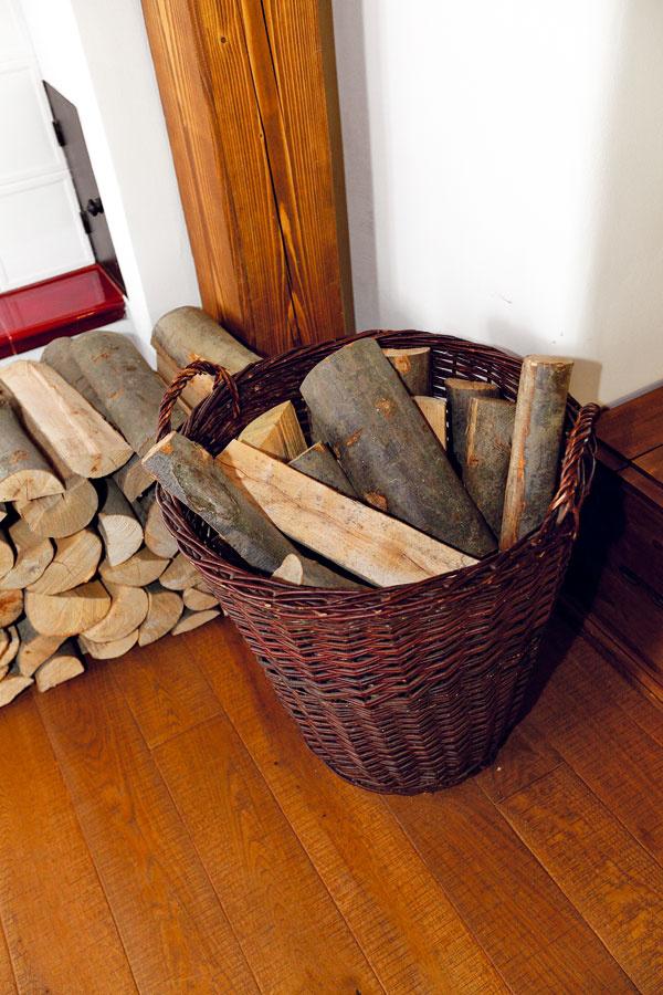 """Pec vykúri celú chalupu až pri -15 °C s 24 kg dreva na deň. Na prízemí si užívajú sálavé teplo, poschodie sa vykuruje """"systémom otvorenia dverí."""""""