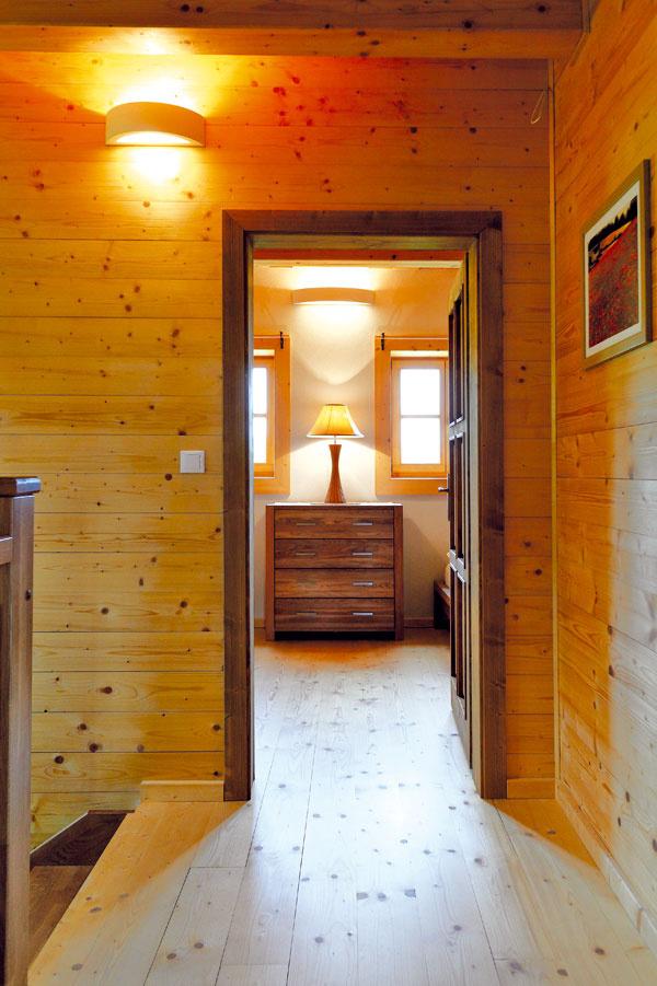 """Steny domu sú z drevených trámov, obvodové sú zateplené konopnou izoláciou a medzi trámami je ovčia vlna. Vnútorný povrch tvorí drevený obklad alebo """"omietkový polotovar"""" – fermacelové dosky s nanesenou vrstvou hlinenej omietky. Výhodou bola rýchlosť stavby (omietky v celom dome boli hotové asi za týždeň) a to, že na rozdiel od klasických hlinených omietok sa do domu neprinieslo veľa vlhkosti. Ale najmä: vďaka hlineným omietkam je v dome príjemná klíma."""