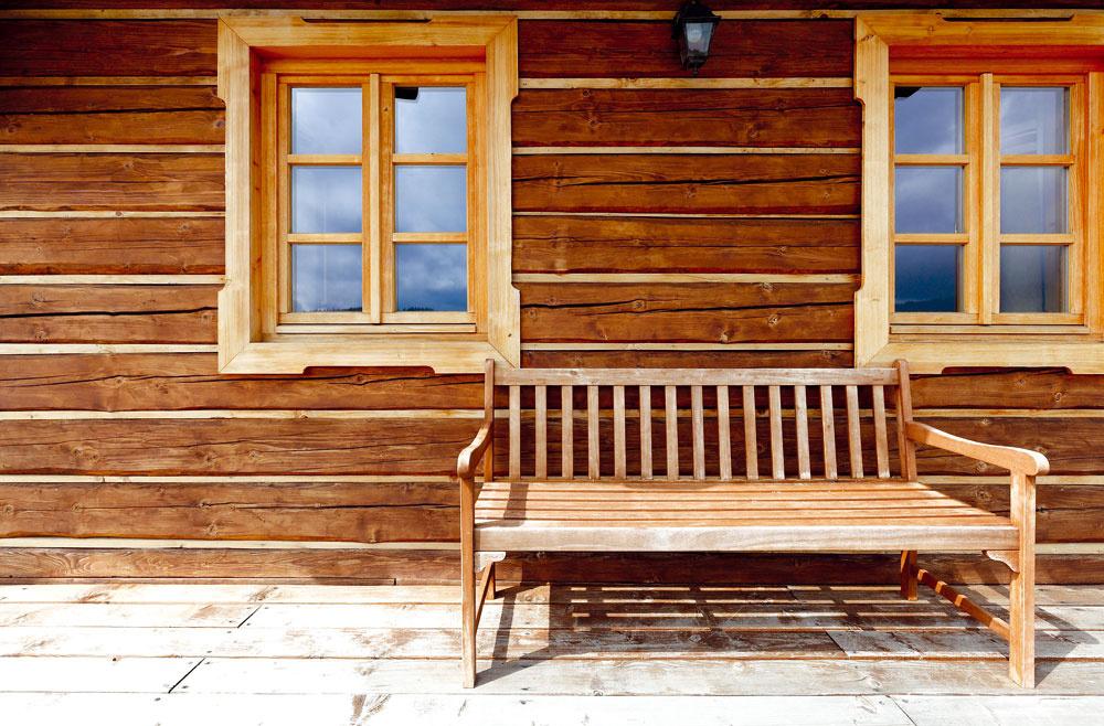 Chceli tradičnú stavbu z dreva, ktorá by mala niečo zo Slovenska, ale nie veľmi prezdobenú. Chodili preto po okolí a hľadali vzory – drevenice v rôznych krajoch sa totiž v zásade podobajú, odlišujú sa však detailmi, tvarom ukončenia trámov, orámovaním okien…