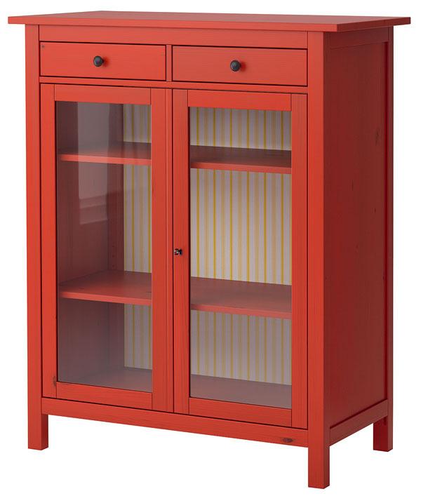 Hemnes, príborník, masívna borovica, farba, akrylový lak, tvrdené sklo, nastaviteľné police, 132 × 110 × 51 cm, 299 €, IKEA