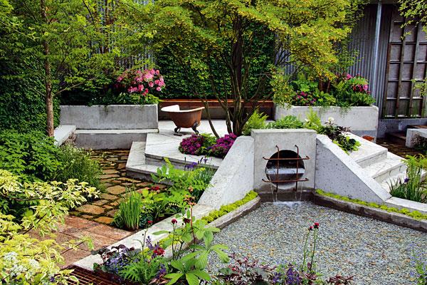 Spekným pozadím aplastikou  Jazierka sprísne geometrickým tvarom sa momentálne nosia najmä vmoderne riešených mestských záhradách. Pri budovaní jazierka myslite aj na pekné pozadie, ktoré vmnohých záhradách neraz chýba. Vtomto prípade zaujme aj intenzívnejšia farebnosť. Dizajnér využil išpecifikum vodnej hladiny – zrkadlenie, ktoré dodáva kompozícii tajomnú hĺbku. Moderná skulptúra umiestnená priamo vo vodnej nádrži nepôsobí rušivo, skôr sem vnáša dynamiku. Jej okolie dopĺňa efektná výsadba – lekná, kosatce či pakosty. Vprípade moderných vodných záhrad sa určite žiada striedmosť avhodné je použiť menej rastlinných druhov. Život pod hladinou môžete sledovať zvodnej lávky.
