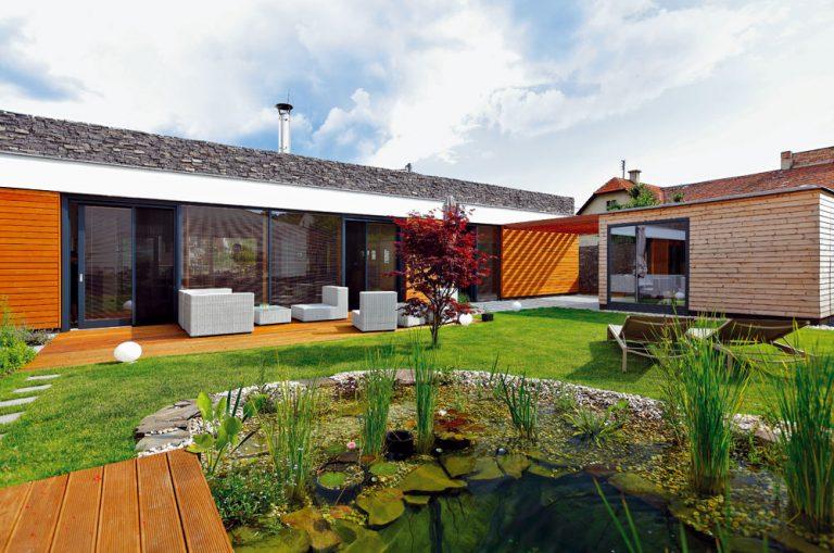 Na jednom pozemku si k rodičovskému domu pristavali   moderný prízemný dom