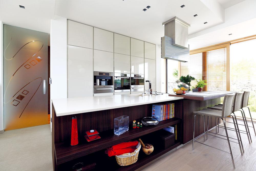 Aby kuchyňa nepôsobila v obytnom priestore rušivo, musí v nej byť poriadok – pri jeho udržiavaní pomáha aj dostatok uzatvorených odkladacích priestorov.