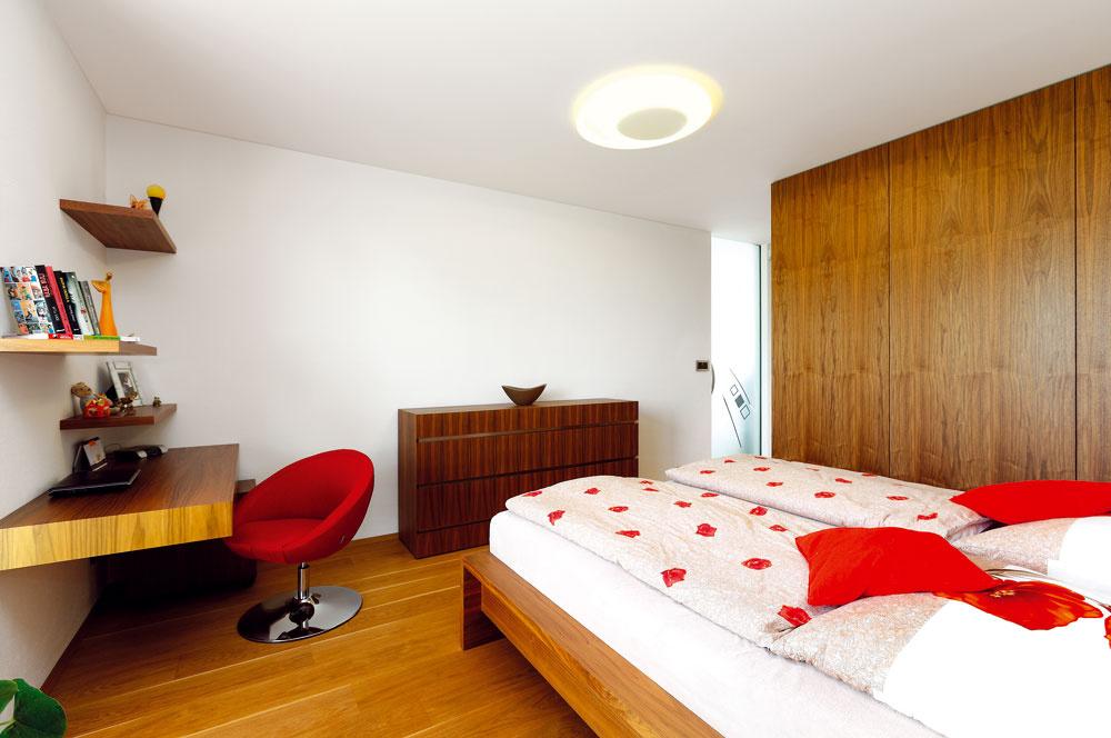 Spálňa rodičov je zariadená účelne a elegantne, v rovnakom štýle ako izby oboch detí, ktoré sa odlišujú najmä farebnosťou stien a doplnkov.