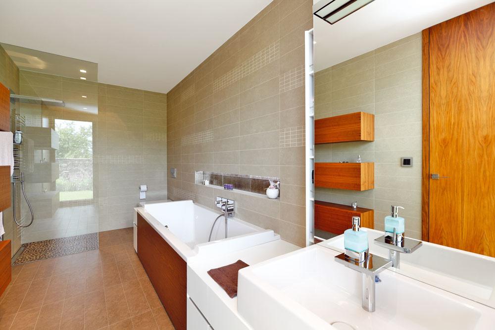 Obe kúpeľne, rodičov aj detí, sú tiež zariadené v podobnom duchu – vládnu tu striedme prírodné odtiene, elegancia a praktickosť.