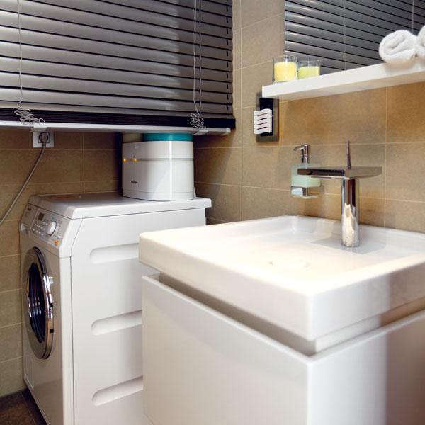 Toaleta pre hostí, prístupná z predsiene, sa dotykom tlačidla zmení na práčovňu – za žalúziou sa objavia práčka a sušička.
