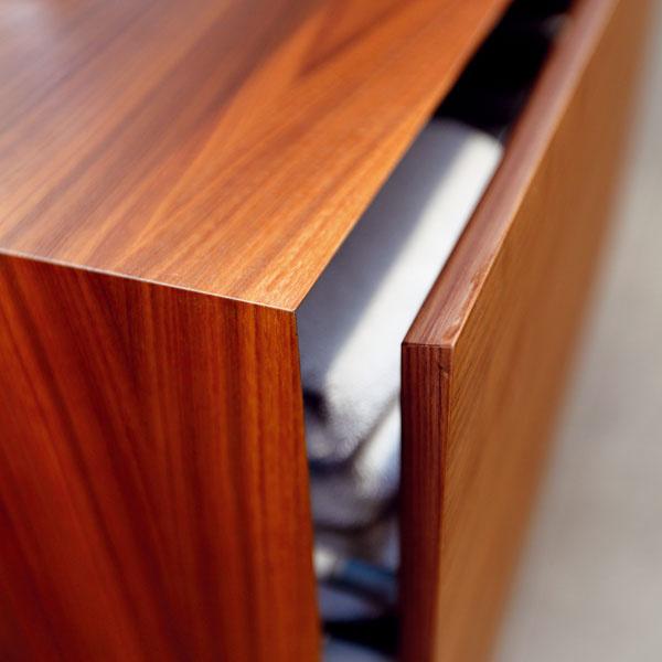Ozdobou jednoduchého nábytku sú kvalitné remeselné vyhotovenie a decentné detaily, bez ktorých by určite nevyzeral tak elegantne. Napríklad vďaka zrazeným hranám na zatvorenej skrinke nevidno žiadnu škáru.