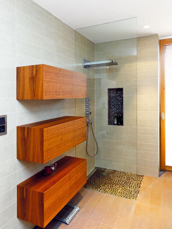 Majitelia domu nechali architektovi v mnohom voľnú ruku, isté podmienky mu však stanovili. Oľga si napríklad potrpí na praktické riešenia. Má rada interiéry, v ktorých sa dobre udržiava poriadok a čistota, v každej miestnosti preto chcela mať dostatok odkladacích priestorov a pred otvorenými policami väčšinou uprednostnila uzavreté skrinky.