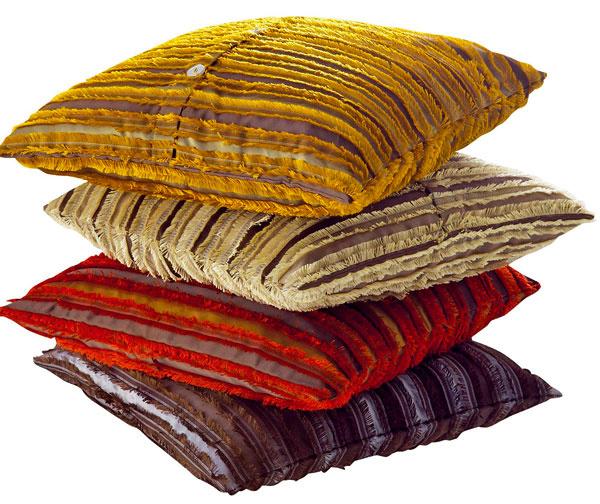 Vertical, obliečka na vankúš zo 70 % viskózy a30 % polyesteru vštyroch farbách, 50 × 50 cm, 94 €, Ligne Roset