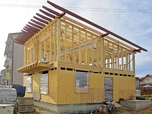 Po osadení OSB dosiek na konštrukciu prvého podlažia sa začalo srealizáciou druhého podlažia astrechy. Dom je zastrešený pultovou strechou so sklonom 7°.