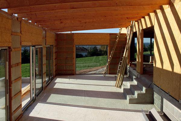 Takto vyzerá zvnútra konštrukcia domu zprefabrikovaných panelov na 30. deň stavby.